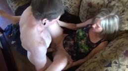 Młody zapina mamuśkę na fotelu