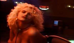 Nicole Smith wygina swoje bardzo gorące ciałko