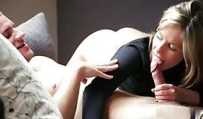 Blondynka ma rozsmarowaną spermę na twarzy