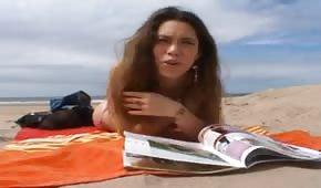 Zaczytana dupeczka na gorącej plaży