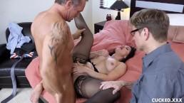 Żona lubi gdy jej mąż patrzy jak jest ruchana przez swojego kochanka
